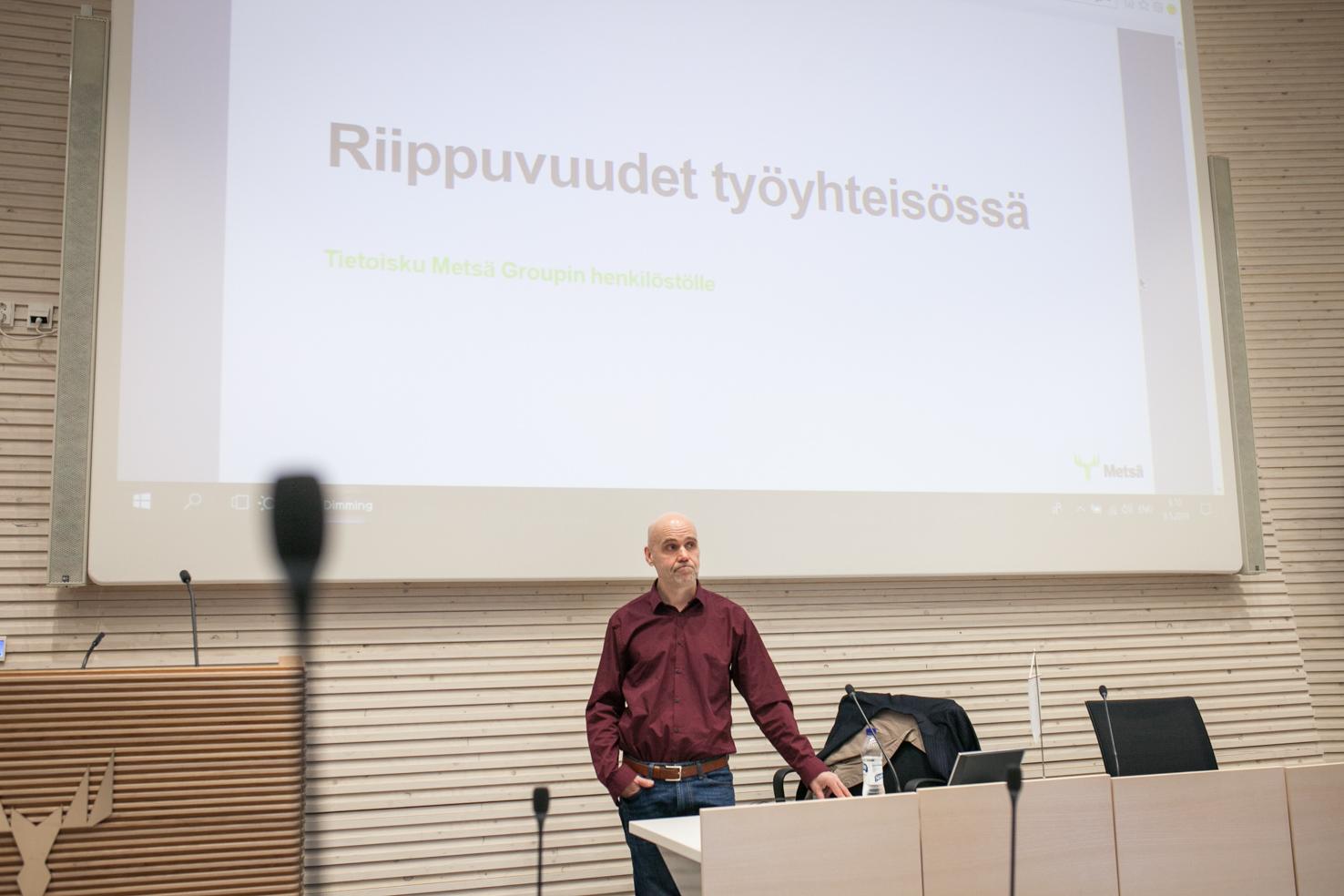 Kouluttaja jouni seisoo luentosalin edessä