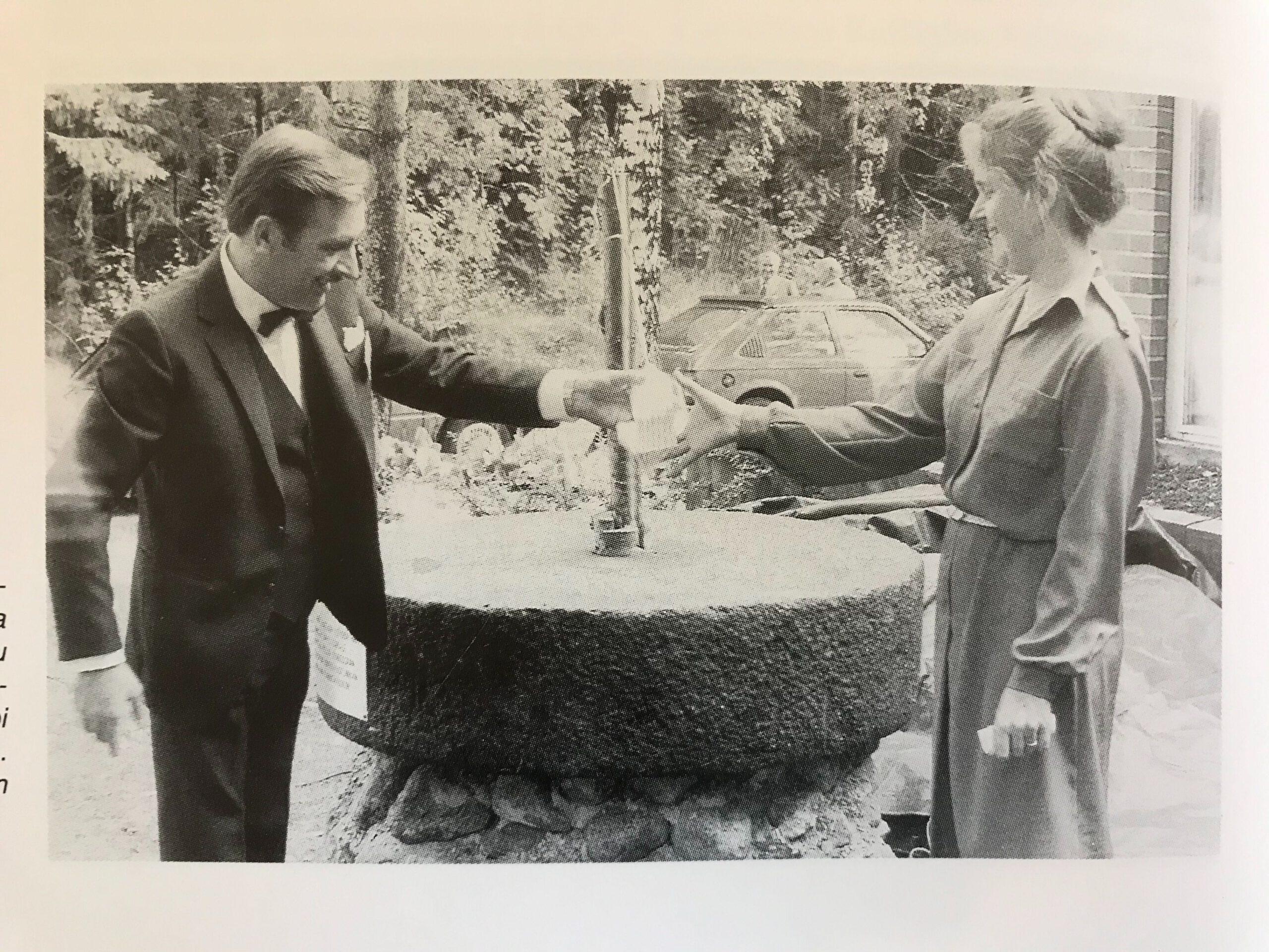 Kuvassa ministeri Vappu Taipale rikkomassa pulloa myllynkiveen